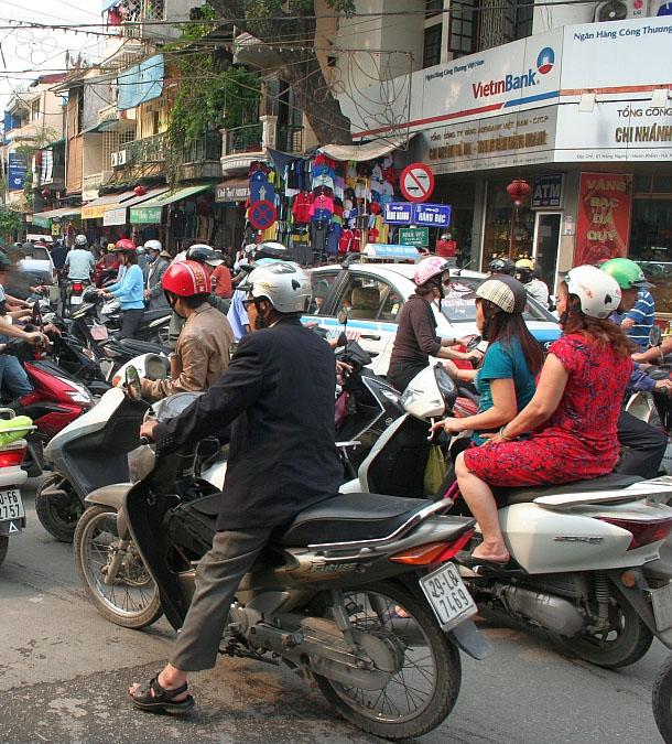 Motorbikes-in-Pune by ©GIZ/JeroenBuis